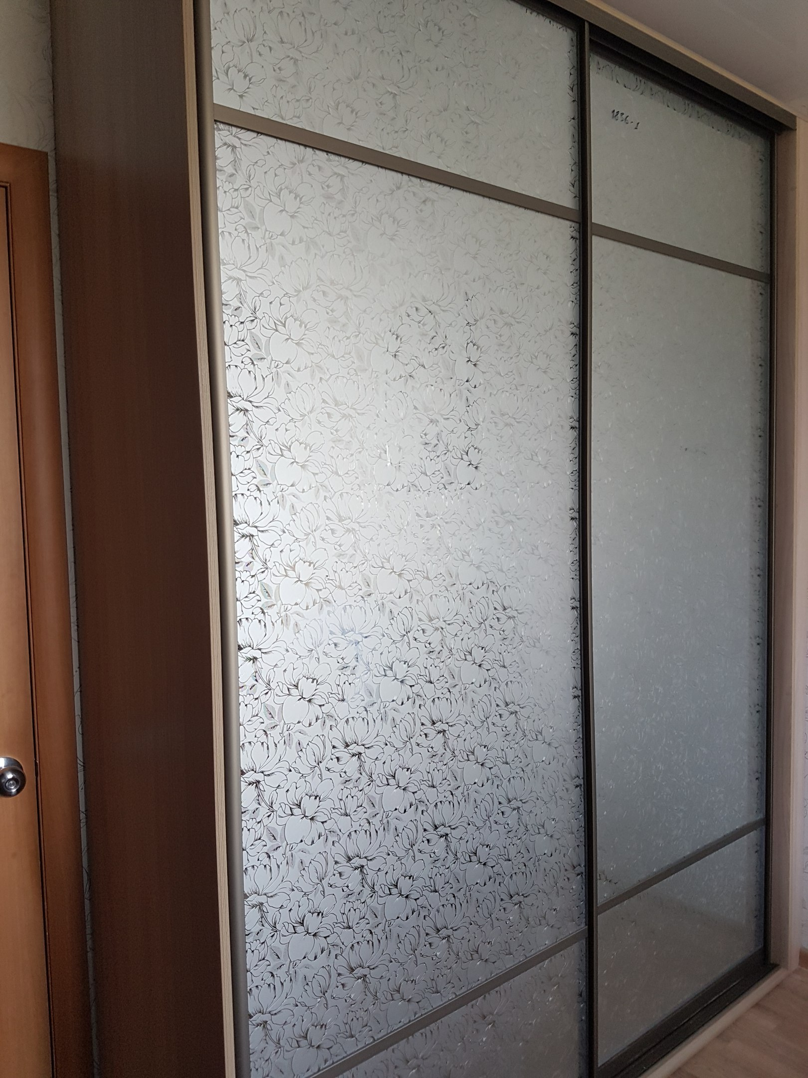 Шкафы-купе с узором на стекле при помощи химического травления