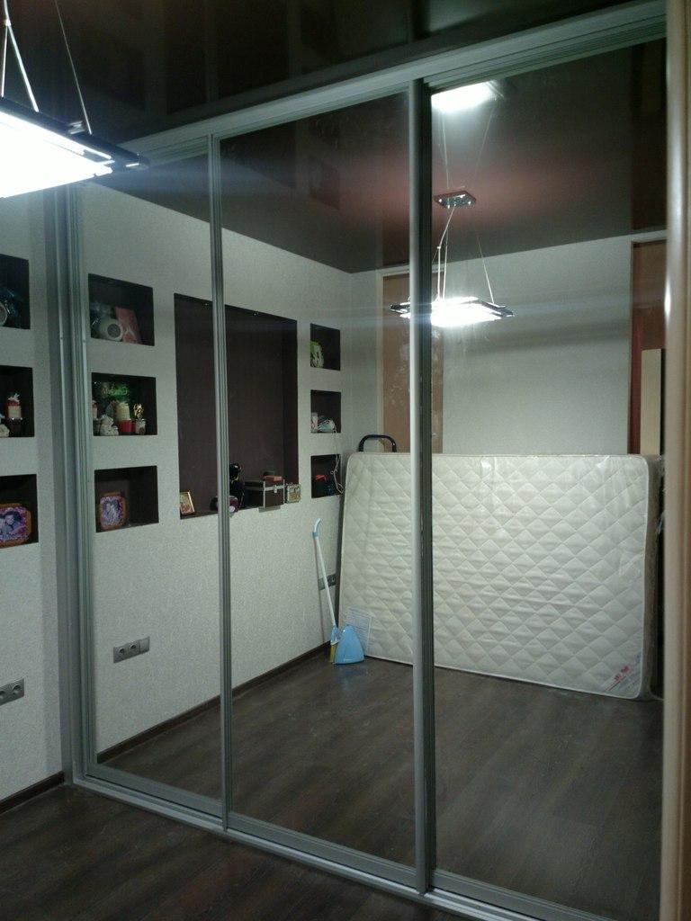 Шкаф-купе с зеркалом