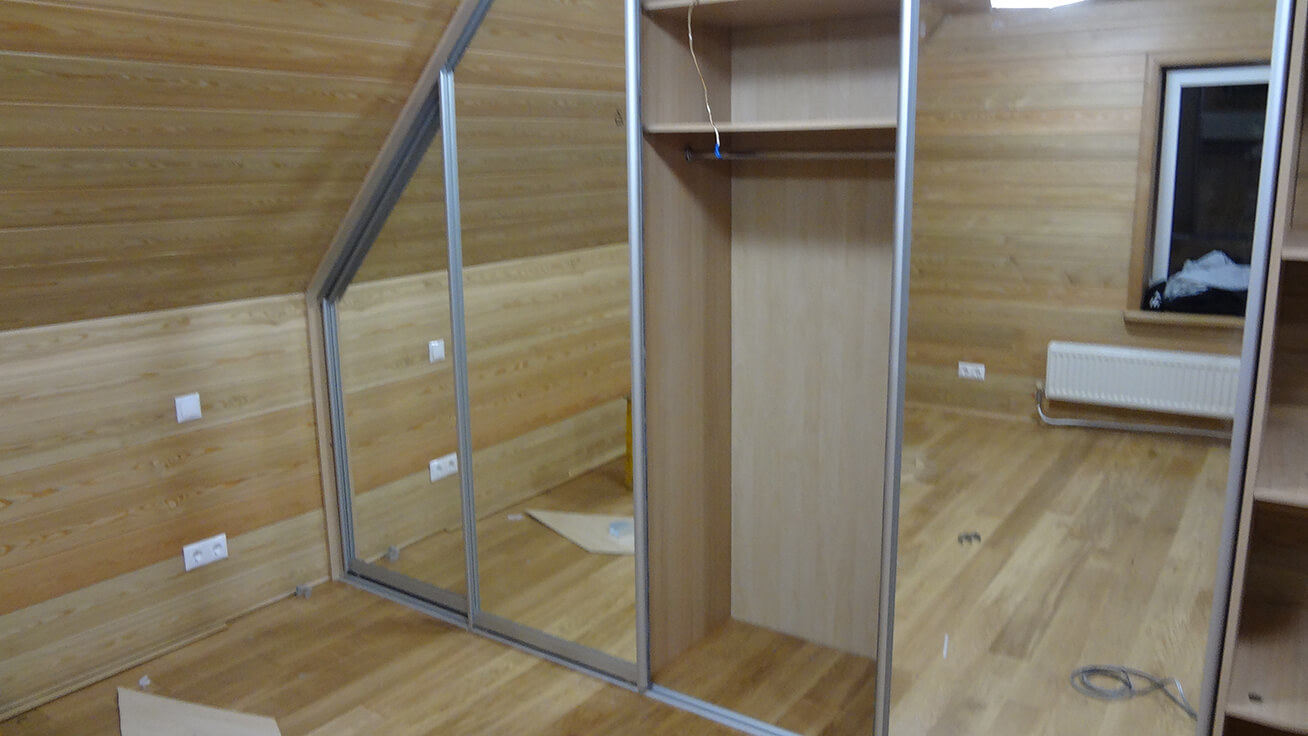 Шкафы-купе для мансарды