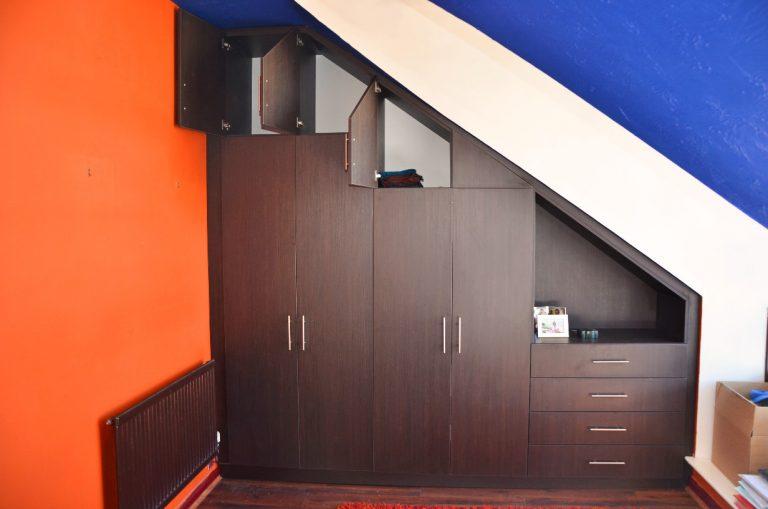 Шкаф для мансарды с распашными дверями